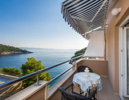 Apartment 25m from Private Beach, Swimming Pool, Sea-view Balcony, Private Parking