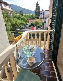 Room sa balkonom i pogledom na vrt
