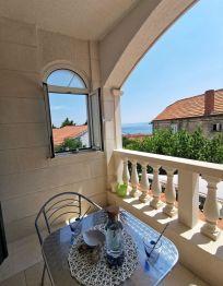 Camera sa terasom i pogledom na more